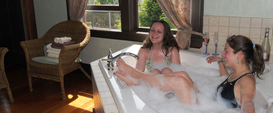 girls-in-jacuzzi
